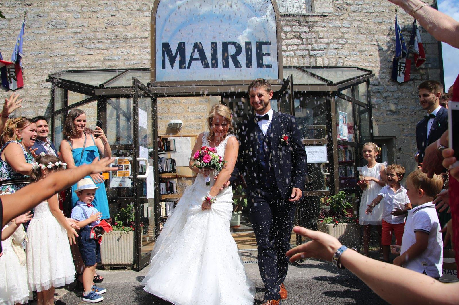 Sortie des mariés de la mairie